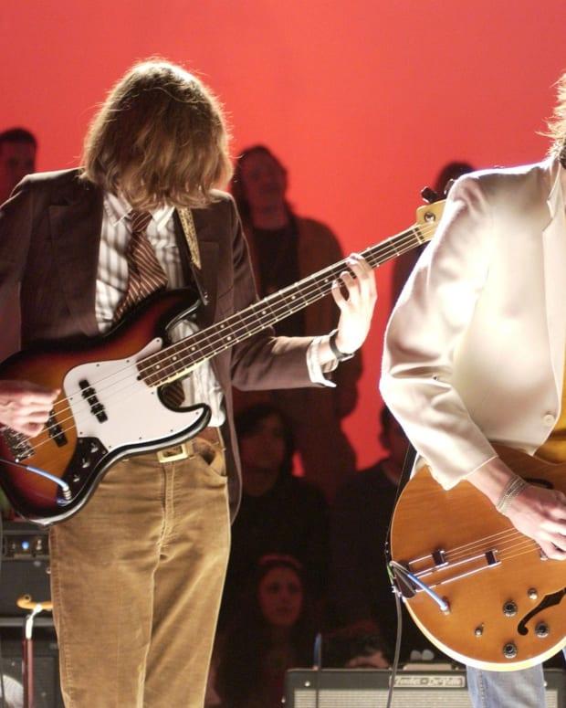 Left-Nikolai-Fraiture-Right-Nick-Valensi-The-Strokes-MTV-2-Dollar-Bill-Concert-in-Hollywood-2-February-2002-scaled
