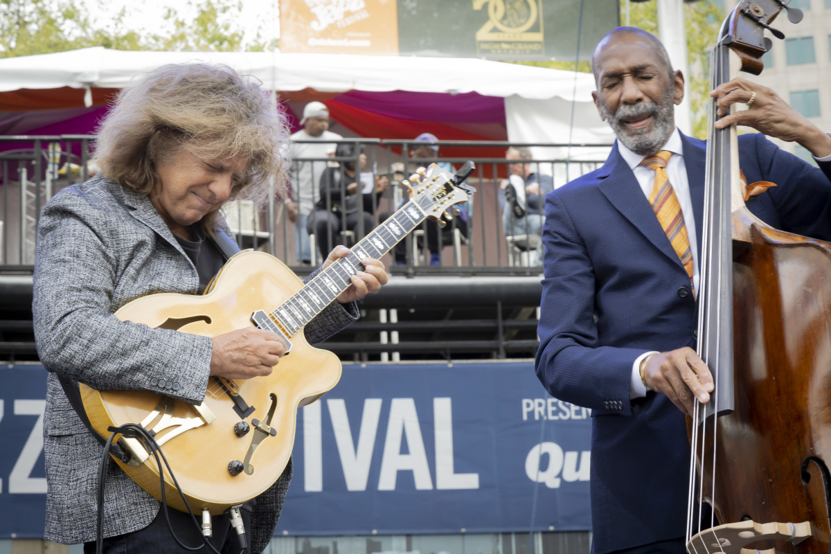 Pat Metheny performing with Ron Carter