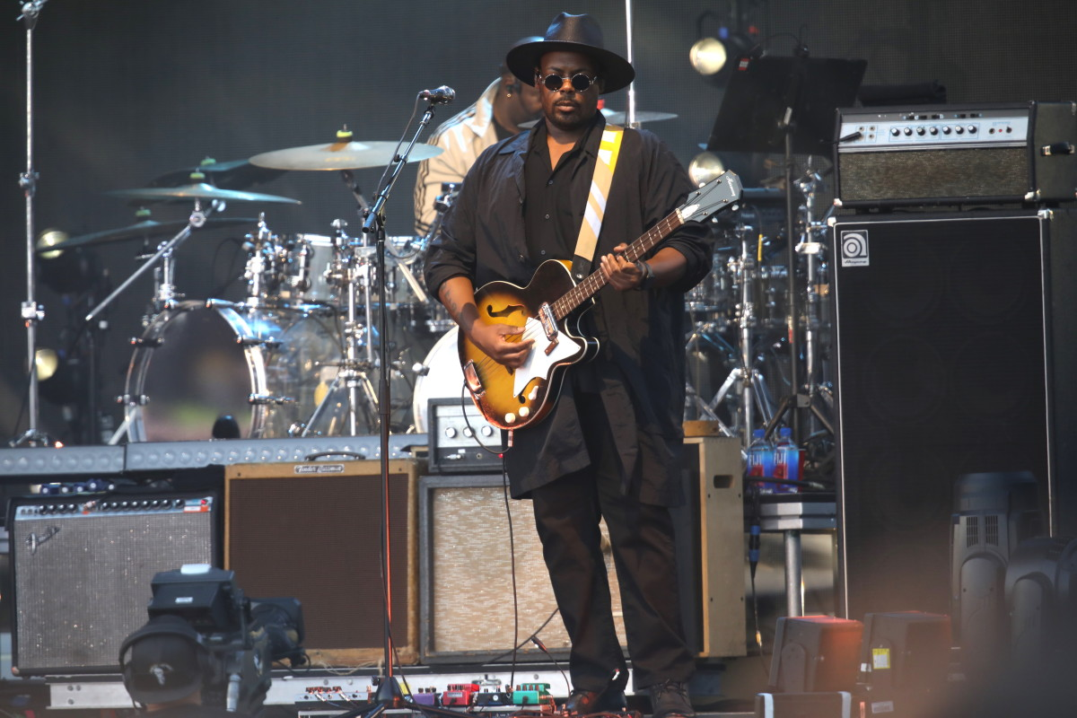 Dwayne Moore performing with Beck