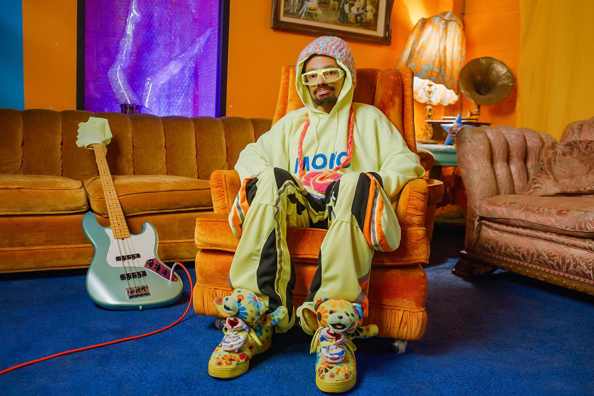 Mono on set with Fender (photo via Fender)